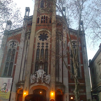 Frente de la Basilica Maria Auxiliadora y San Carlos