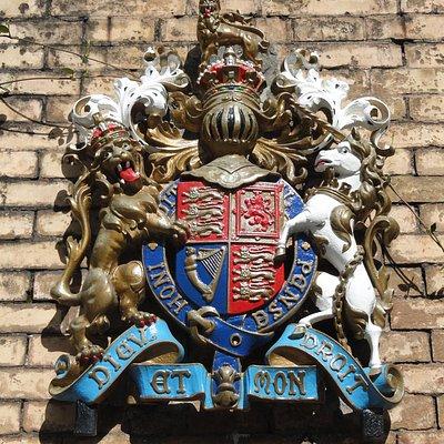 Герб Великобритании на воротах Виллы Волконской
