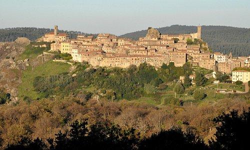 Roccatederighi (3 km)