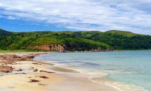 Бирюзовая вода, песочный пляж в несколько километров, неглубокий вход