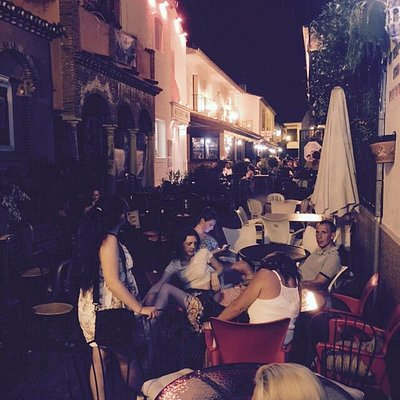 Sitting at Lili's on a busy night in Benahavis