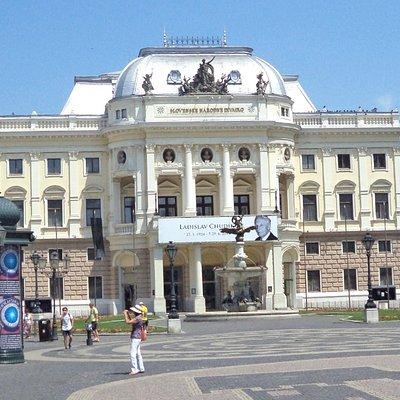 Прекрасный вид на фонтан Ганимеда и здание Словацкой национальной оперы