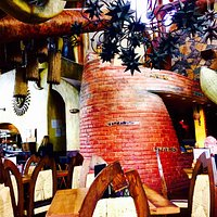 Fun decor, excellent service and good food👍