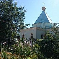 Небольшой храм со всех сторон окружен домами