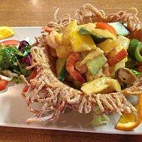 courgettes jaunes et crevettes mijotées au panier de nouille