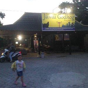 Foto parkiran depan Cafe Herbal Jamu Godhog