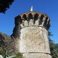 Veduta del Torrione con la bandiera di San Michele