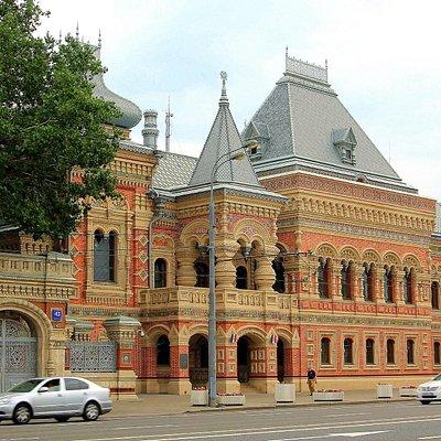 Самое яркое здание Якиманки - дом купца Игумнова про которое можно рассказывать долго как и про