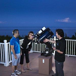 Un couple en train de faire des observations en début de soirée.