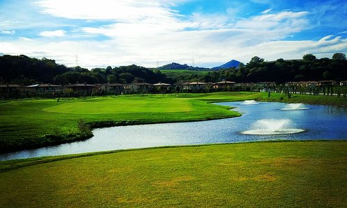 Beautiful hole 5, Family Course. Water from tee to green.