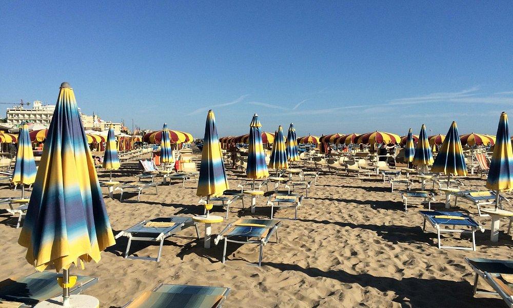 Ряды зонтиков пляжей 125-124 и далее