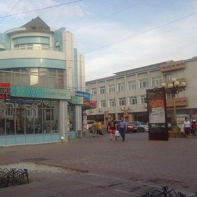 На улице немало магазинов,бутиков,  банков и т.д.
