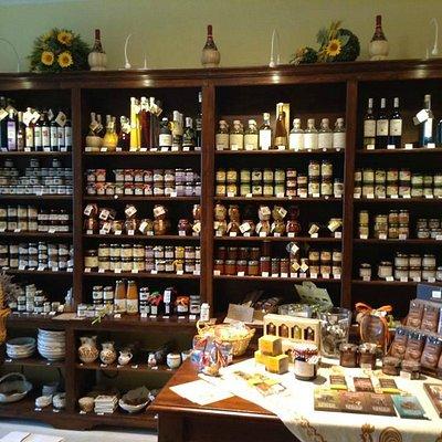 Il mobile in cui trovare confetture, marmellate, creme vegetali, sott'olio, miele, ragù e liquor