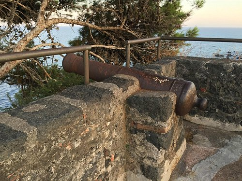 A canon at the roof of the castle