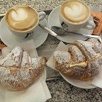 Cappuccino e briosche con la crema