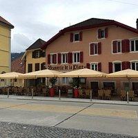 Brasserie de la place côté terrasse  En face de la place du marché