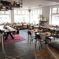 """Het """"huiskamer""""/lounge deel van het restaurant."""