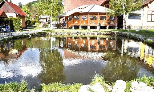 Étterem terasz része a tó fölött...