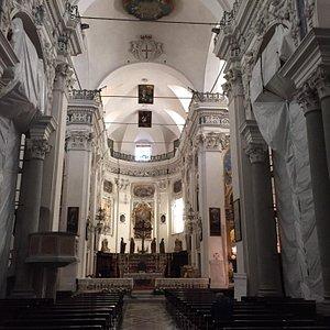 Facciata e navata centrale