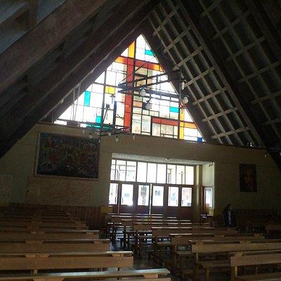 Coyhaique, Chile, Catedral. Vista desde el interior hacia el acceso.