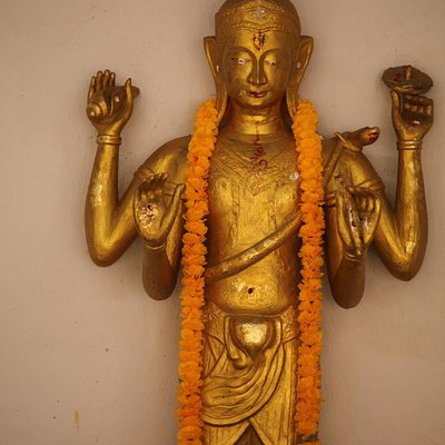 Hindu statue in front of the ubosot