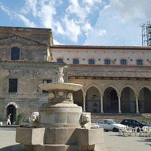 vista laterale - colonnato dalla piazza Garibaldi