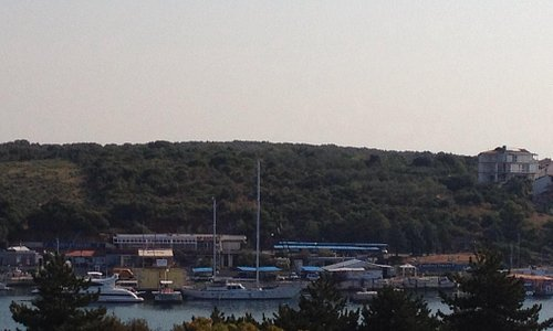 Фото сделано с противоположного берега.