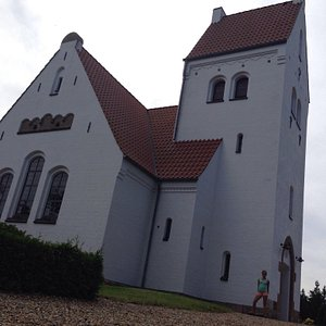 Lønne kirke is een mooi en authentiek kerkje waar je vriendelijk ontvangen wordt. Boven het alta