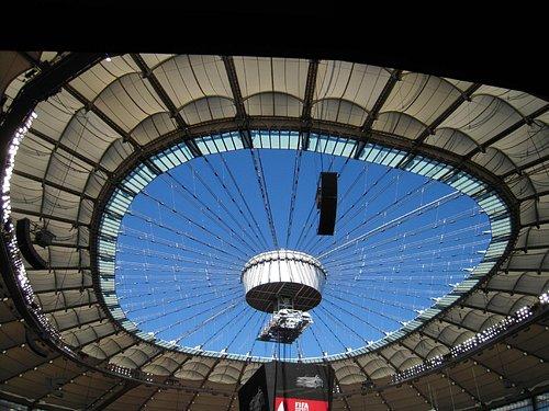 競技場天井、完全ドームではない