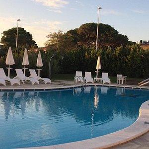 La terrasse du Resto vu sur la piscines