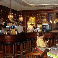 Inrichting van het restaurant met prachtige bar