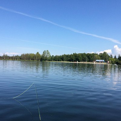 湖の中心あたりからビーチバレーコートを望んだ風景