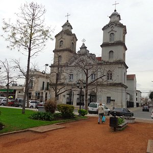 Frente de la Iglesia desde la Plaza 12 de Octubre