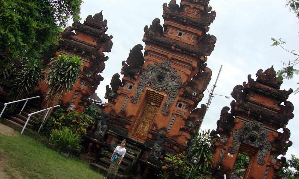 во дворе храмового комплекса