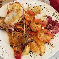 Spiedino di pesce con verdure