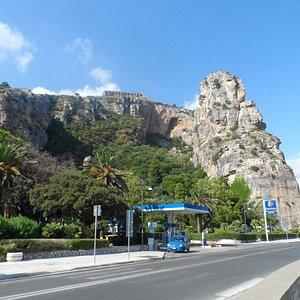 На горе хорошо виден Храм Юпитера