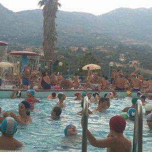 La piscina principale vecchia e super affollata