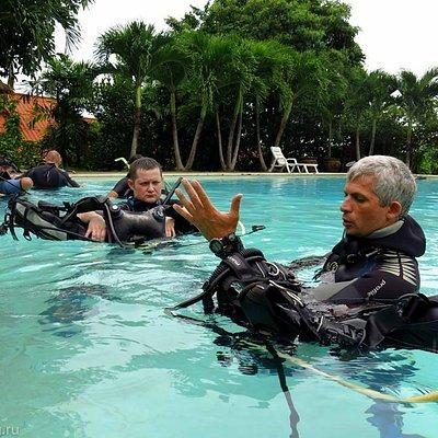 Занятия в бассейне под руководством инструктора
