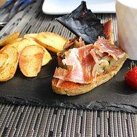 Тапас с хамоном - прекрасная закуска, если вы просто зашли выпить по бокалу вина в приятной комп