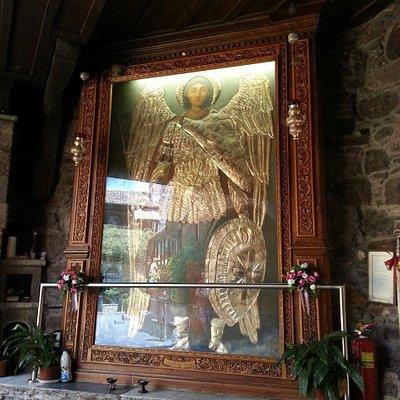Η τεράστια εικόνα του Αρχάγγελου Μιχαήλ στην είσοδο του μοναστηριού