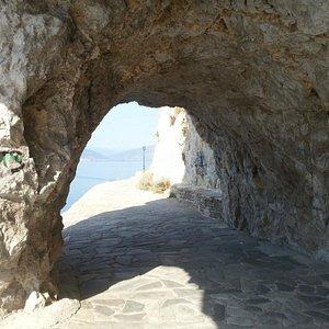 Caminho até a praia (path to the Arvanitia beach)