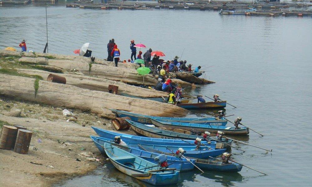 Perahu nelayan ikan yang sedang ditambatkan