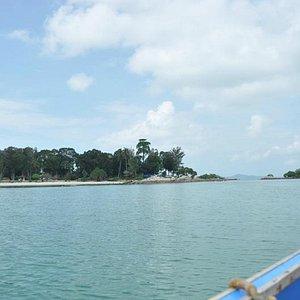 Pantai terlihat dari perahu
