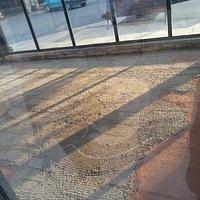Il pavimento musivo sempre visibile ai passanti