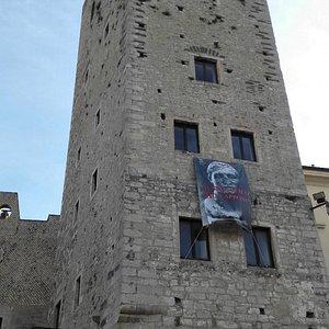 Вход в музей слева от башни