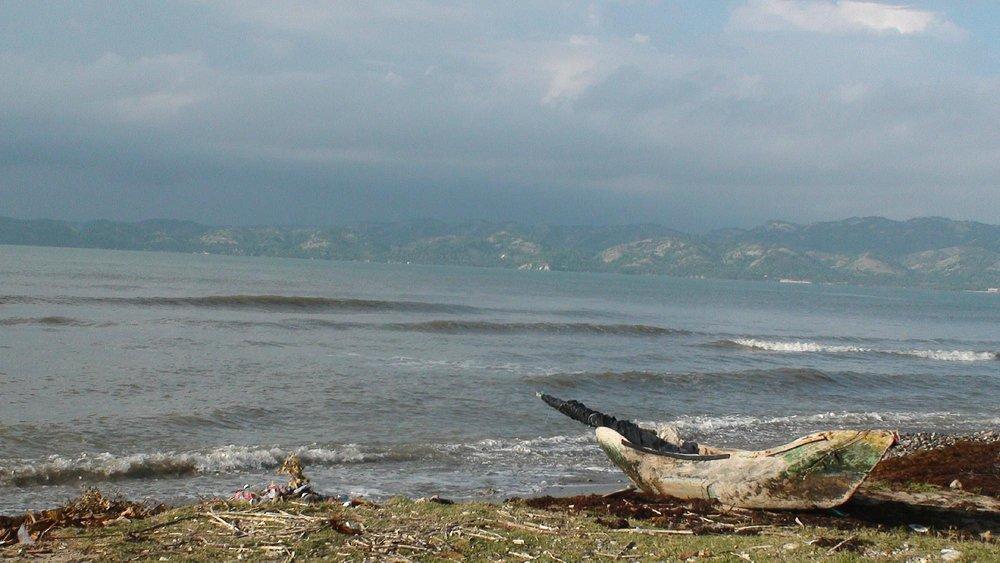 Un bateau amarré sur la plage Gelée
