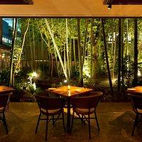竹林の庭に隣接したテラス席