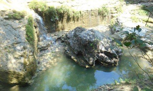 Batu karang besar di telaga
