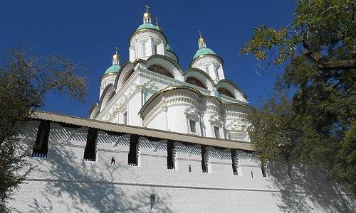 Вид на собор с внешней стороны Кремля