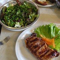 Bife de chorizo e salada orgânica
